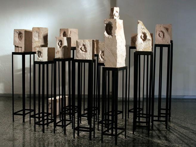 Retrato de la Masa (lote), 2007-2008 / Piedra caliza tallada y metal / Dimensiones variables