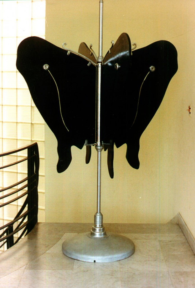 Feromona , 1999 / Nickel-plated metal, enameled wood, perfume essence, and sponge / 215 x 145 x 145 cm