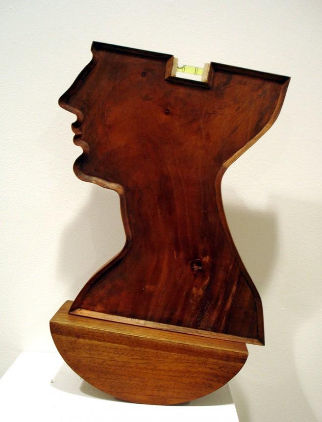 Locura, 2004 / Madera y nivel líquido / 42 x 26 x 10 cm