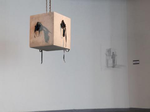 Apnea (dialogusfobia), 2011 / Hormigón, máscaras de goma y documentación fotográfica / Dimensiones variables