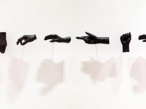 Abstinencia (democracia), 2011 / Cast bronze / Variable dimensions, life-sized hands