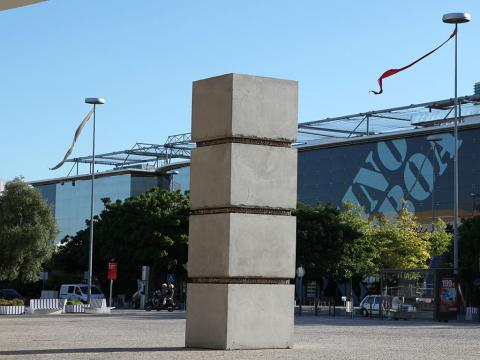 Stress (monumental), 2004 / Concrete and cast bronze / 860 x 200 x 200 cm
